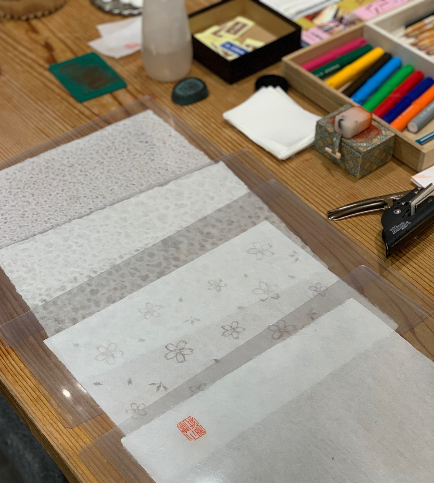 make either a simple plain, Rakusui patterned by putting the paper under a shower or a design paper by using various templates